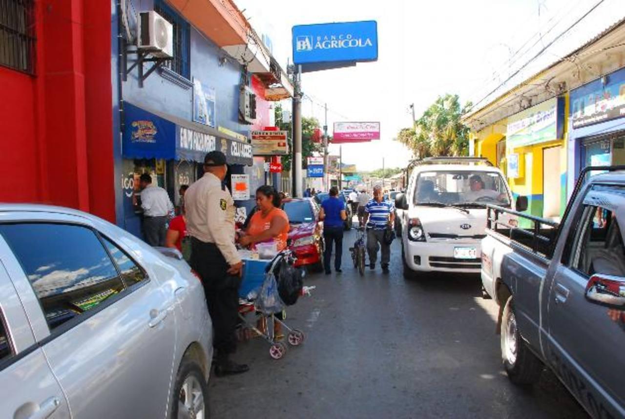 Vendedores se desplazan por calles y aceras en la zona céntrica unionense, dificultando el paso. foto edh / insy mendoza