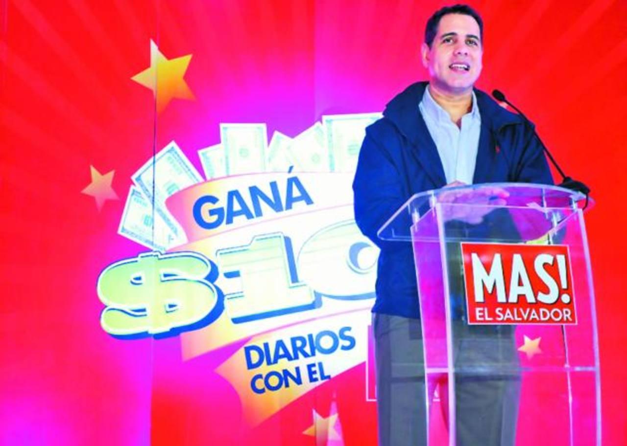 Lic. Fabricio Altamirano, director ejecutivo de Grupo Editorial Altamirano, durante la explicación de la promoción a colaboradores de la empresa.