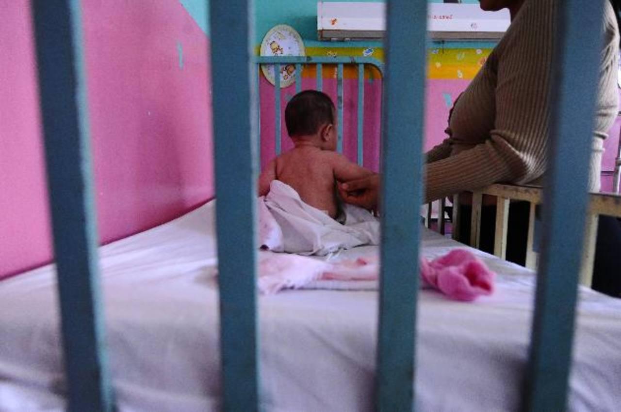 Un bebé permanece ingresado en el Servicio de Pediatría del Hospital Nacional Zacamil con gastroenteritis aguda. Foto EDH / Omar carbonero