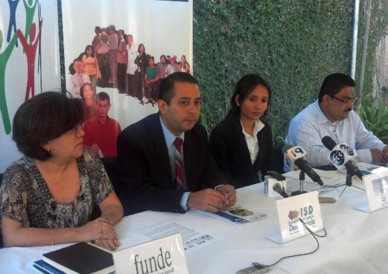 René Landaverde, de ISD (centro), dice que el derecho al voto es para todos los salvadoreños. Foto EDH / Rafael Mendoza L.