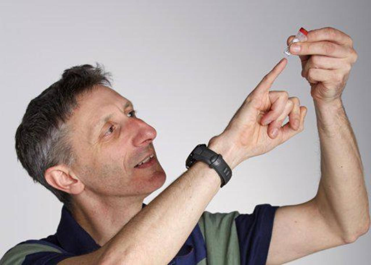 El doctor Nick Goldman examina el ADN sintetizado en un tubo de ensayo. Foto EDH