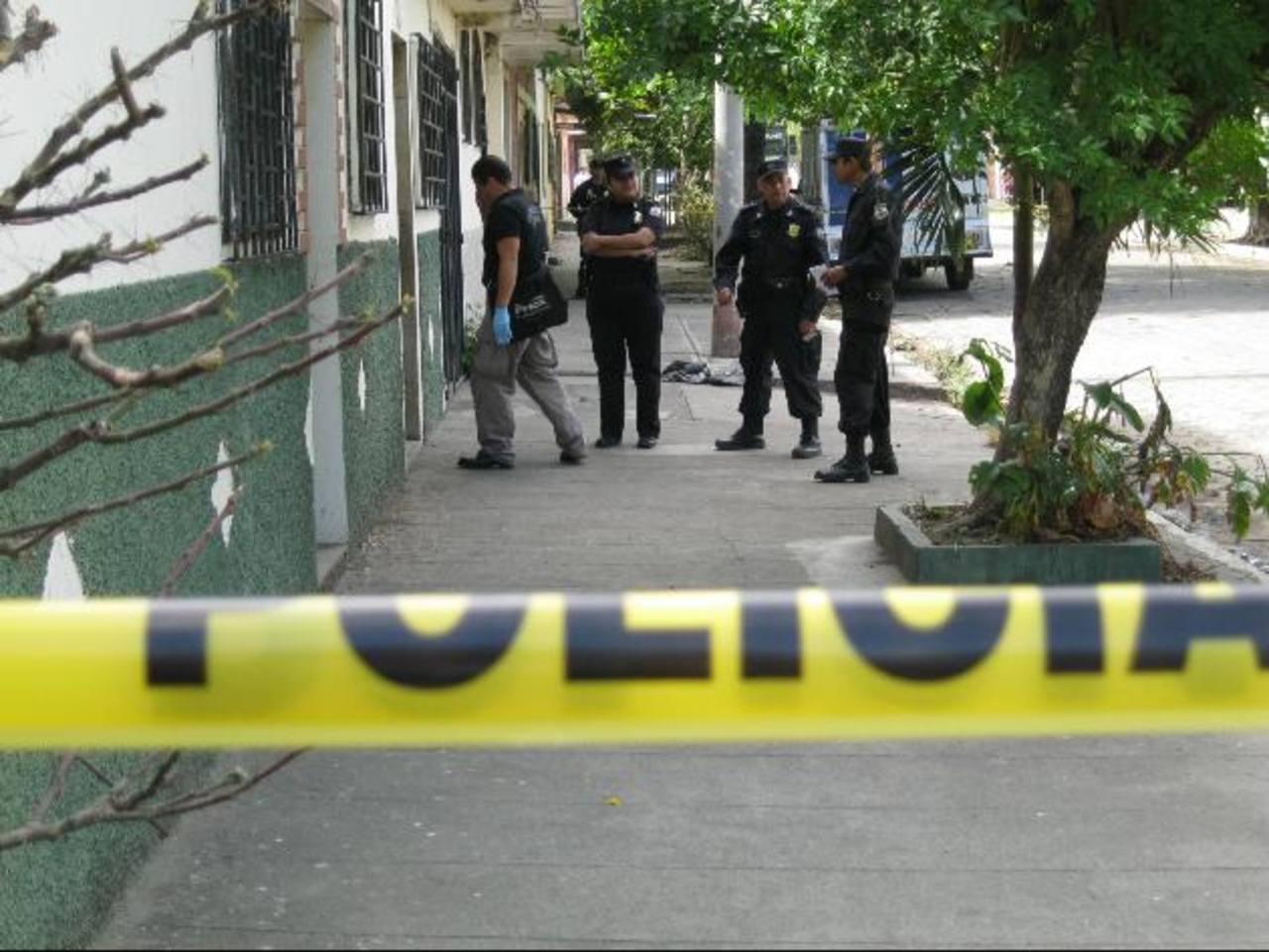 Una de las dos víctimas sobrevivió al ataque. El hecho ocurrió en la colonia Magaña, en Santa Ana. Foto EDH / Iris Lima.