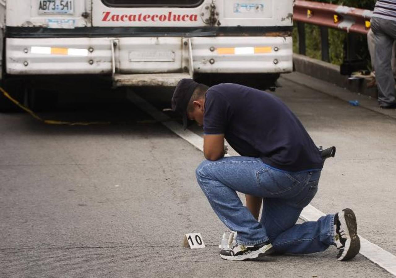 Imagen de archivo del homicidio de un joven en el interior de un bus que sirve en Zacatecoluca. Foto EDH / Archivo
