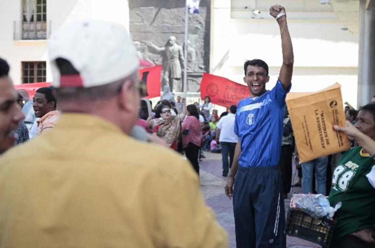 Maestros participaron en una protesta en demanda de que les paguen salarios que les debe el gobierno, afuera del Congreso en Tegucigalpa. Foto/ AP- Archivo