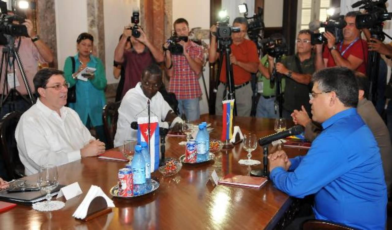 El ministro de relaciones exteriores cubano, Bruno Rodríguez Parrilla (izq.), y su homólogo de Venezuela, Elías Jaua (der.), durante una reunión, ayer, en la sede del Ministerio de Relaciones Exteriores en La Habana. foto edh / efe
