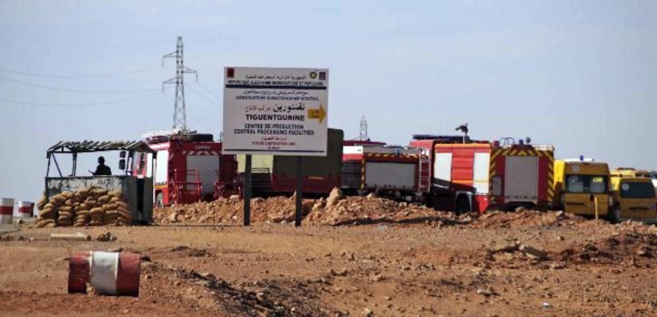 """Equipos de artificieros argelinos encontraron ayer """"numerosos"""" cadáveres más, mientras buscaban trampas explosivas. foto edh / ap."""