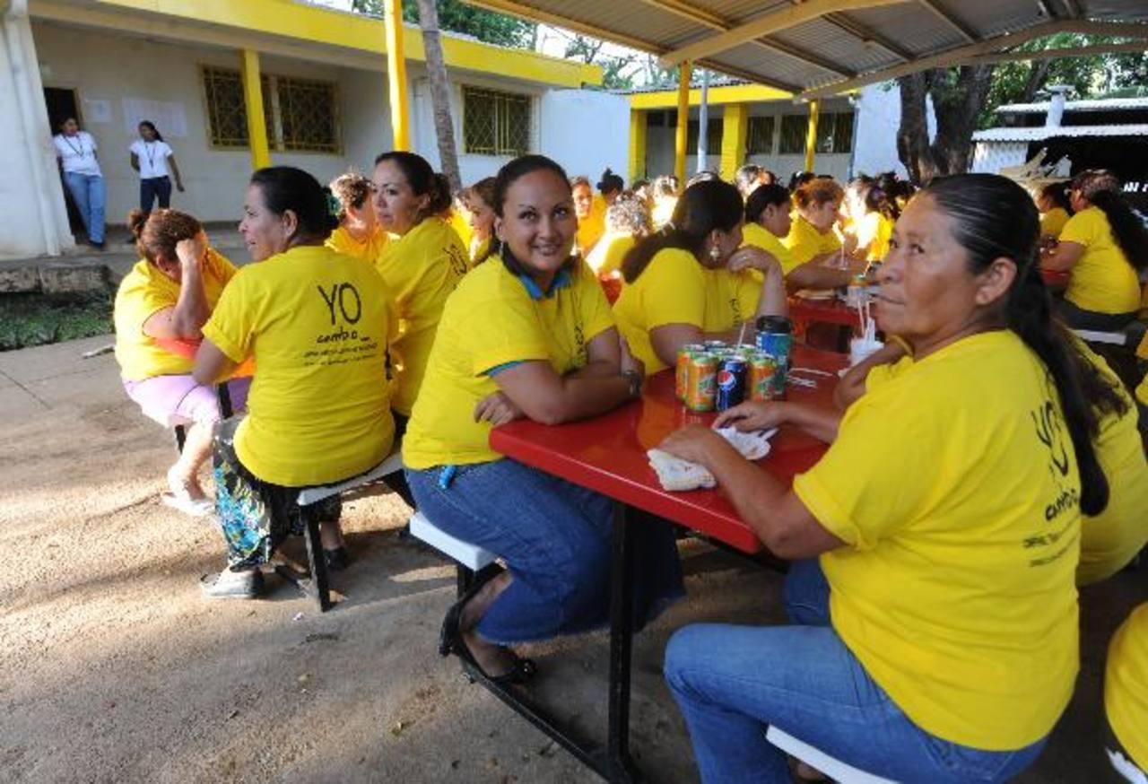Grupo de convictas que participan en el programa que desarrolla Centros Penales en Izalco. Foto EDH / Lissette Lemus.
