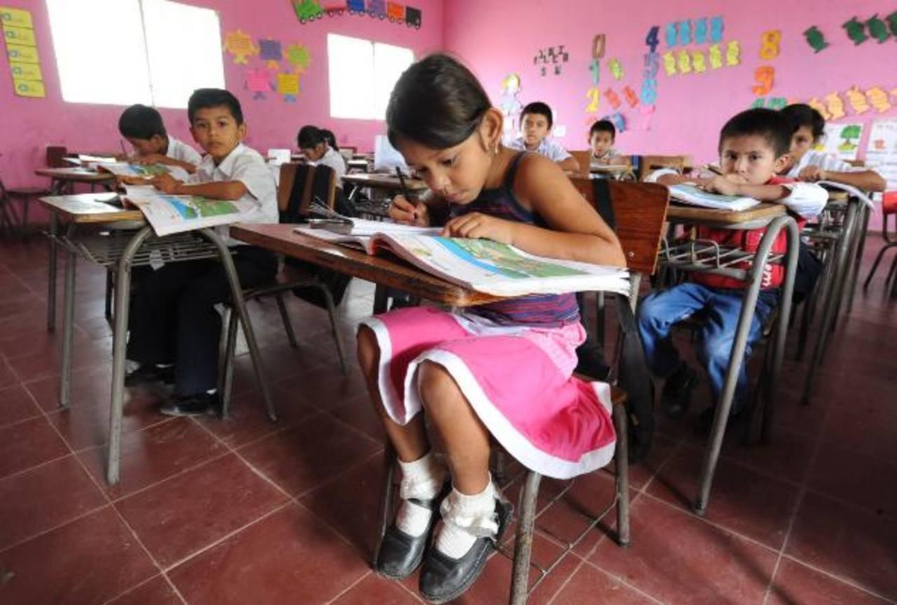 Estudiantes del Centro Escolar Cantón San Francisco, de San Pedro Perulapán, en Cuscatlán, copian una lectura de su libro de texto. foto edh / marvin recinos