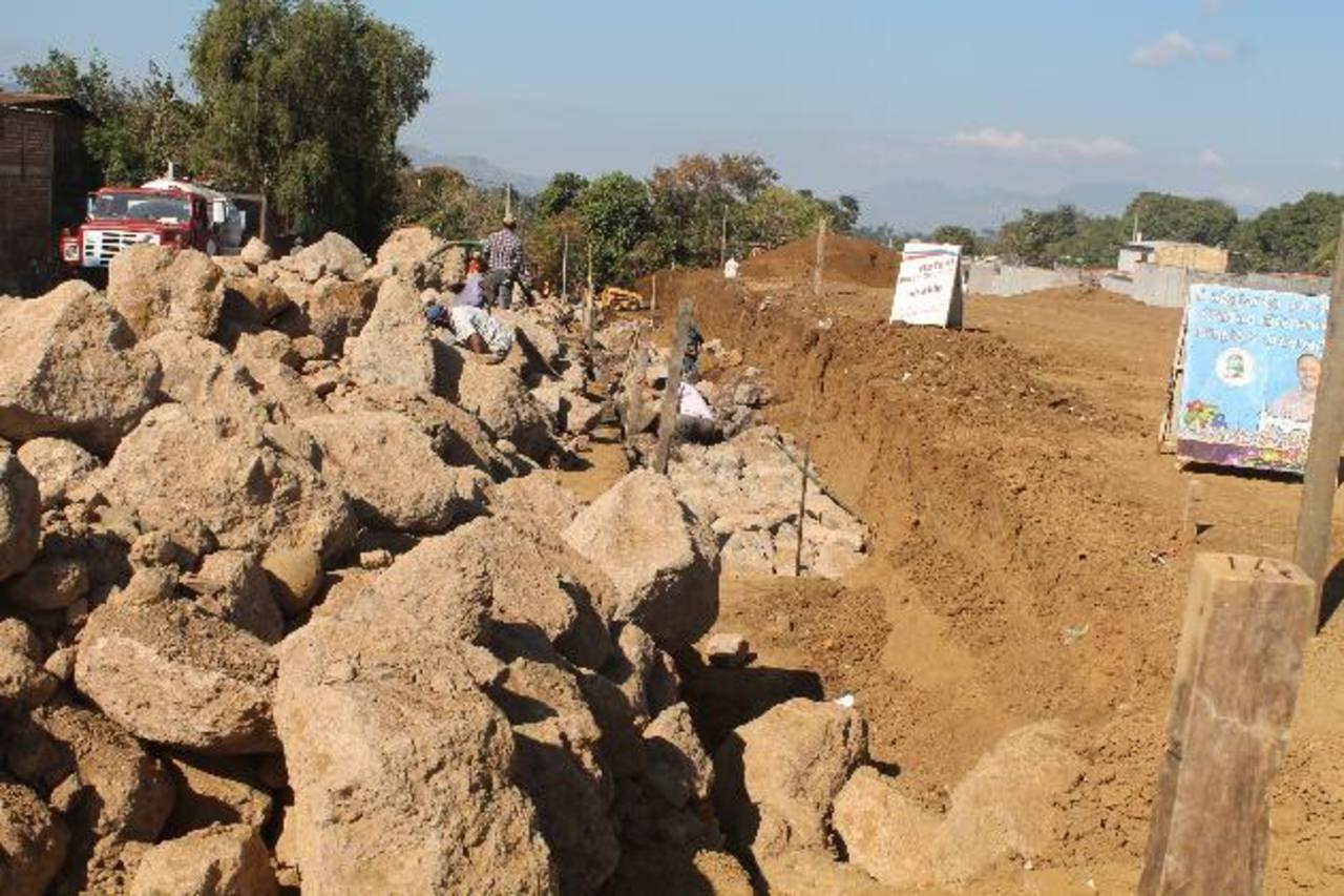 Los trabajos de terracería ya dieron inicio. El lugar estará rodeado de un muro de contención. Foto EDH / ROBERTO ZAMBRANO