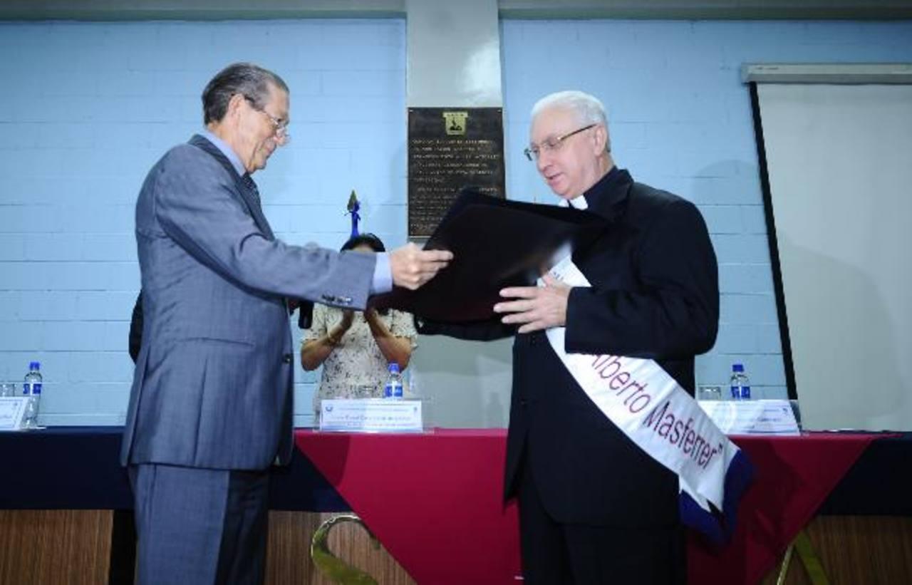 Monseñor Luigi Pezzuto (izquierda) recibió la distinción Alberto Masferrer. fotos edh / omar carbonero