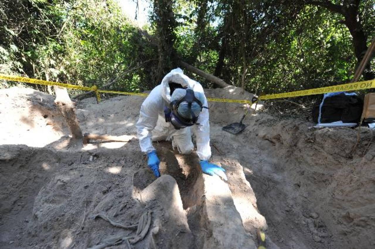 Autoridades desentierran a una joven, que creen llevaba más de un mes en la tumba clandestina. Foto EDH / Óscar Mira