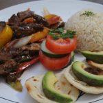 Fajitas de res, carne de soya, acompañadas con pimientos de color, arroz, vegetales y tortillas con aguacate.