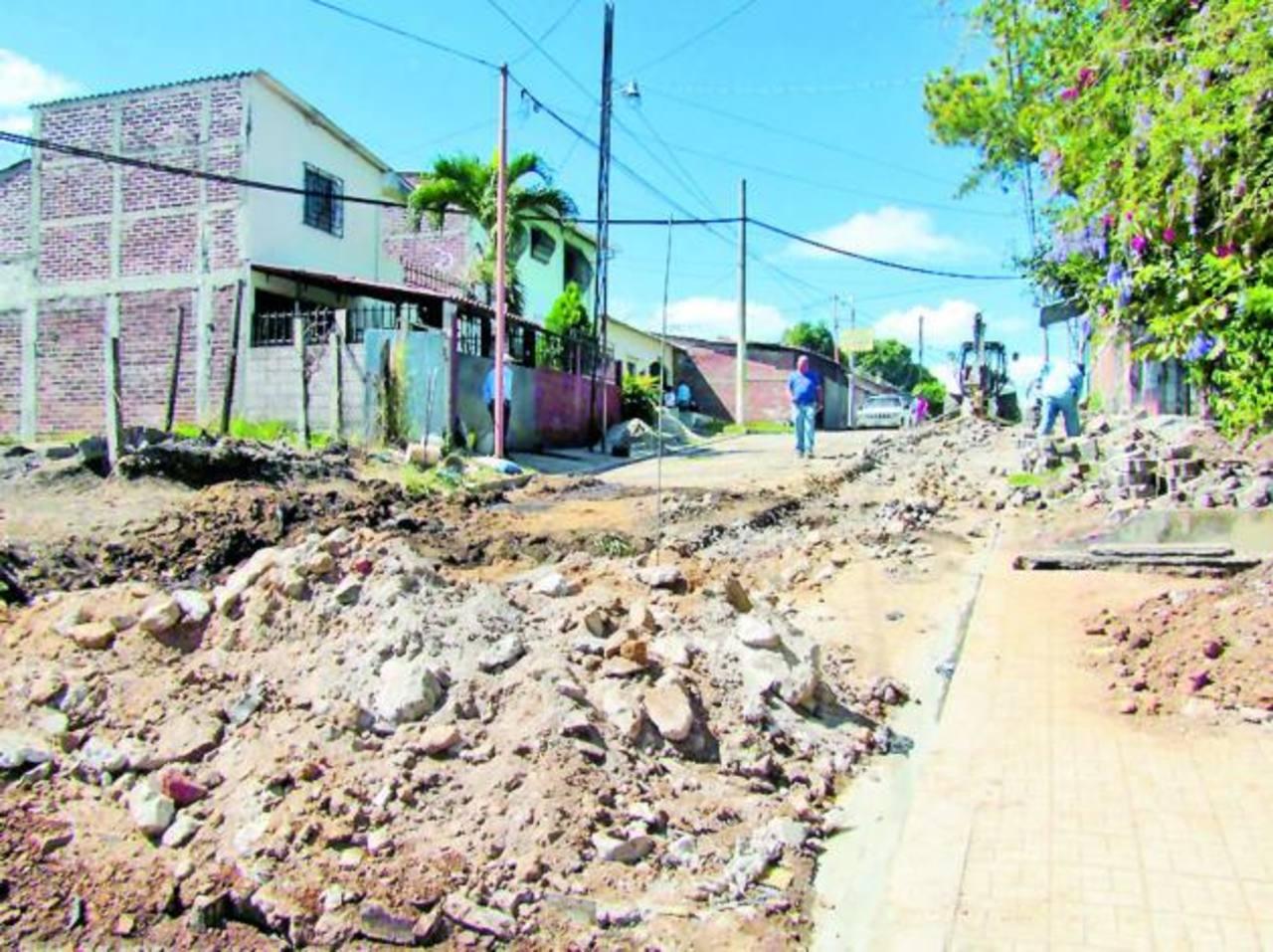 Los trabajos de introducción de tuberías de aguas negras en la colonia Villa Cristina, en Santa Ana, estarán listos el próximo mes. Foto EDH / Mauricio Guevara