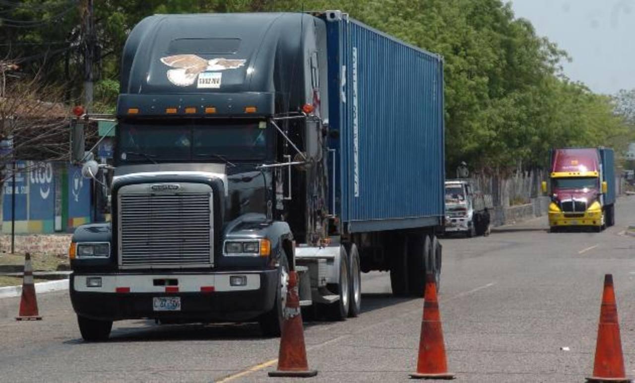 En Honduras se exige a los transportistas de carga, desde inicios de año, tener un permiso del Ministerio de Medio Ambiente para trasladar químicos peligrosos. foto edh /archivo
