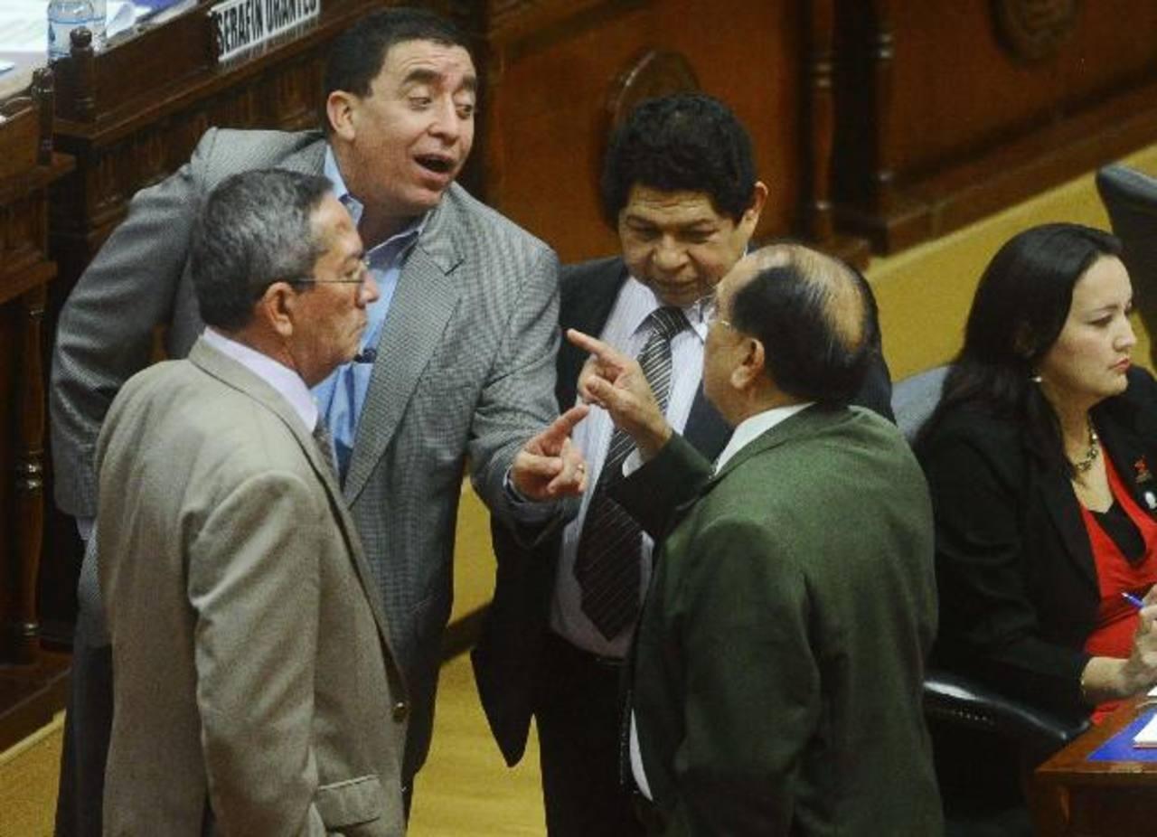 Ernesto Angulo de ARENA bromea con Sigfrido Ochoa, exarenero, ante Benito Lara del FMLN y Roberto Angulo del PCN. foto edh / omar carbonero