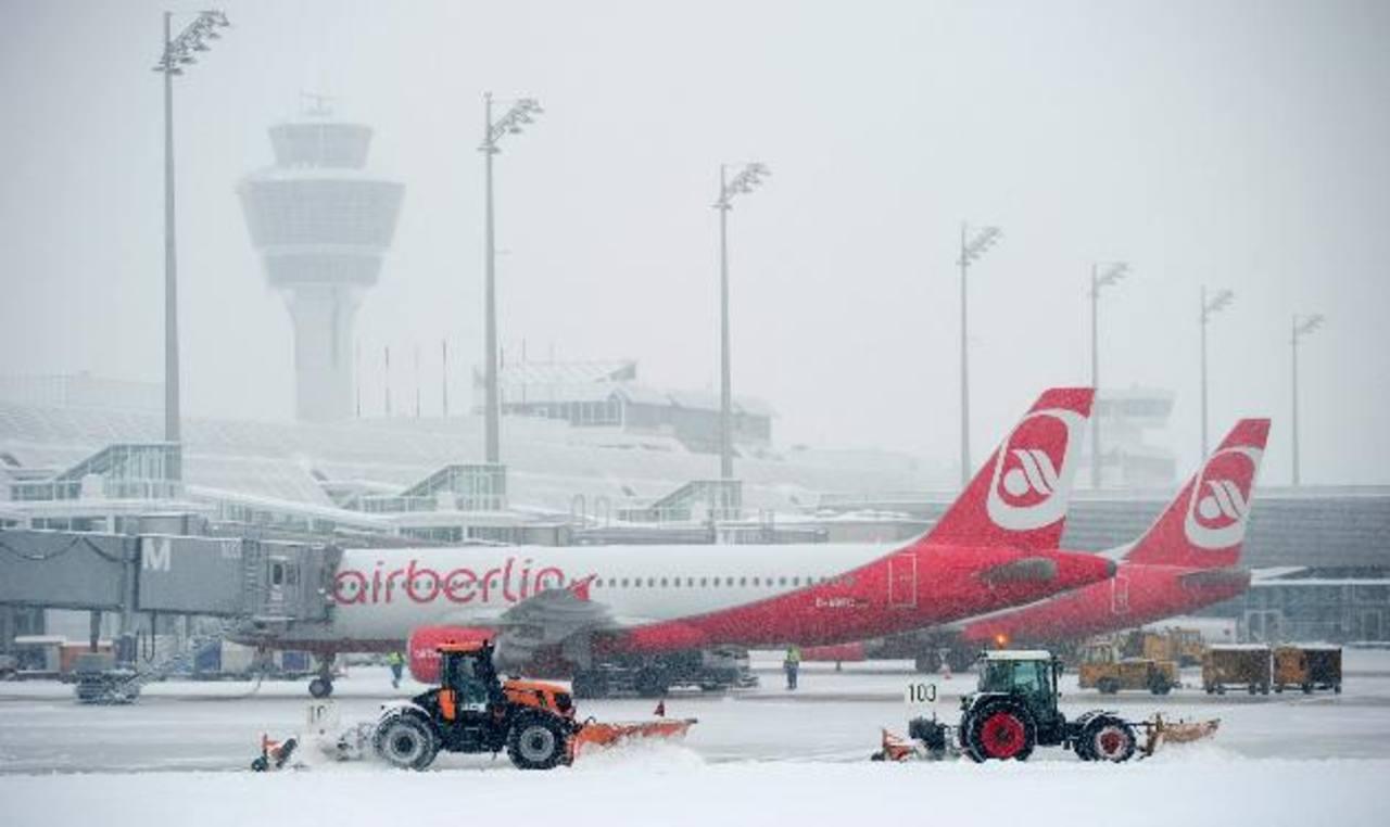 En el aeropuerto de Múnich, donde cayeron 13 cm de nieve, unos 200 vuelos fueron cancelados. foto edh /ap