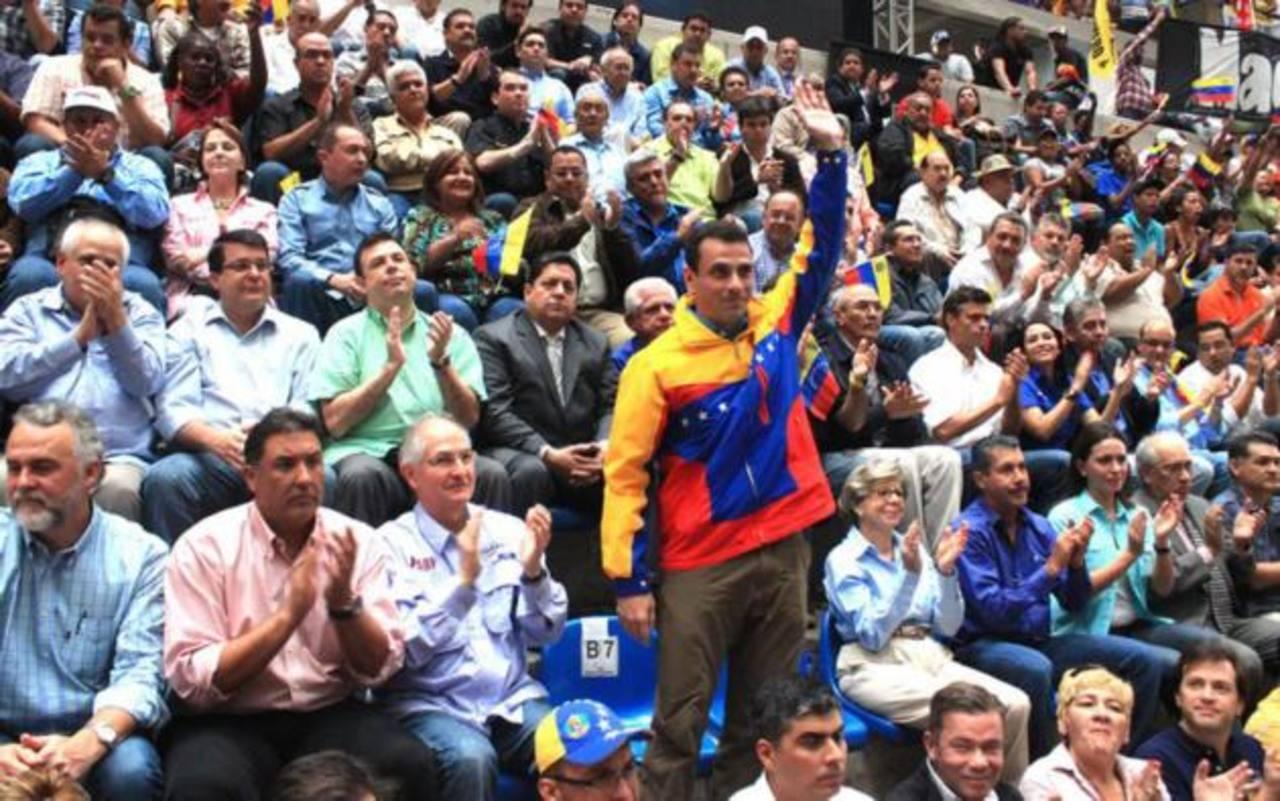 El opositor Henrique Capriles (i) y el vicepresidente Nicolás Maduro durante actos ayer en Caracas. foto edh / efe