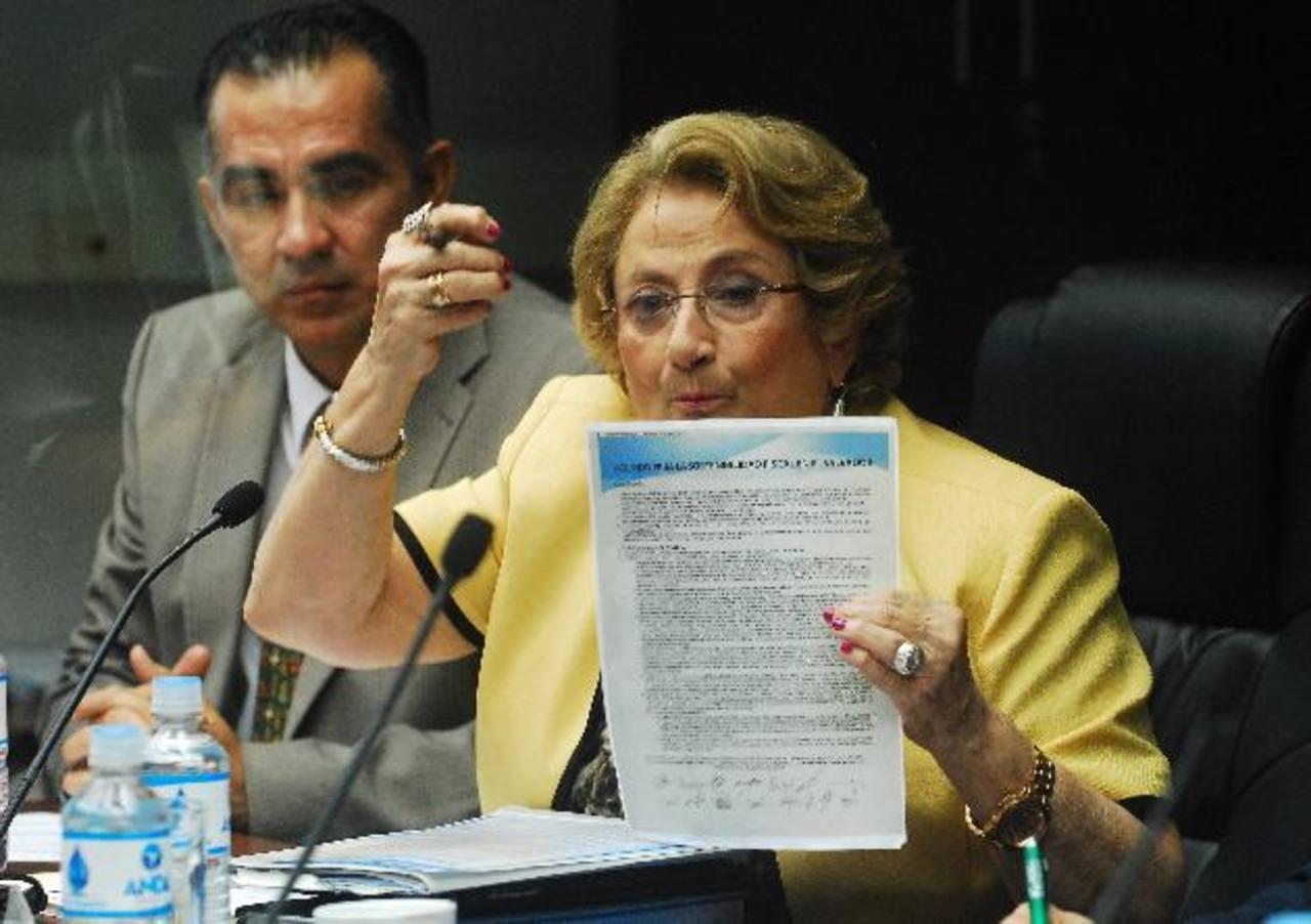 La diputada Carmen Elena de Escalón muestra el Acuerdo de Sostenibilidad Fiscal firmado por el presidente Funes y los diputados, el cual fue publicado en los medios. Foto EDH / Marlon Hernández