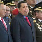 En esta fotografía de archivo del 24 de junio de 2012 se ve al presidente de Venezuela Hugo Chávez, en el centro, acompañado por el titular de la Asamblea Nacional Diosdado Cabello, a la izquierda, y el ministro de Defensa general Henry Rangel durant