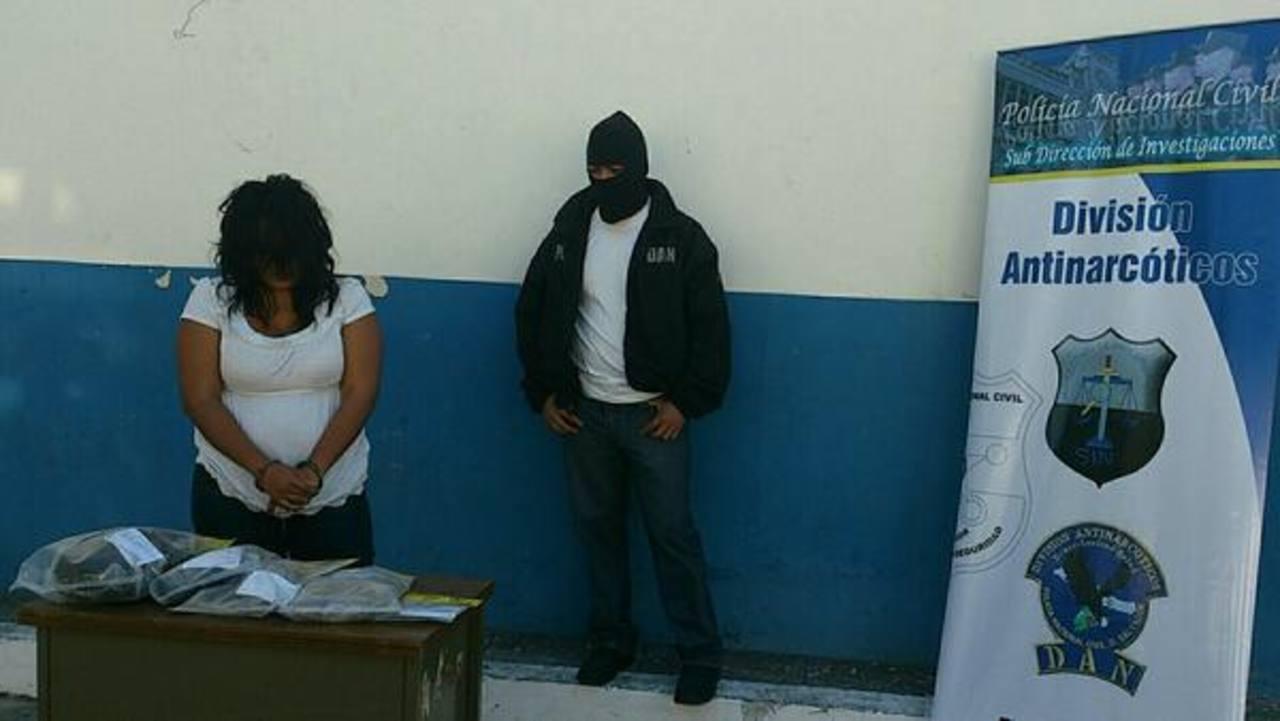 La mujer fue localizada con cinco paquetes de marihuana valorados en unos $3 mil, dijo la Policía. Foto/ Vía Twitter Claudia Castillo
