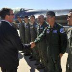 El subsecretario de Defensa, Ashton Carter, visita a pilotos de F-16 en el Aeropuerto Internacional de Tucson. foto edh /