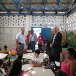 El embajador Tim George durante su visita al Centro Integral de la comunidad El Peñón. Foto EDH / cortesía