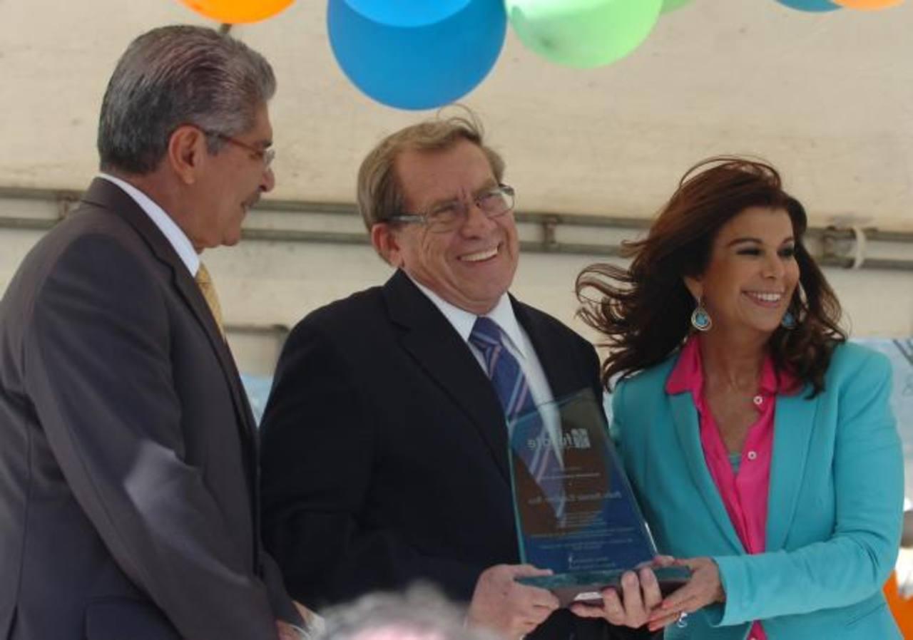 El alcalde Norman Quijano y la presidenta de la fundación, Olga Miranda, entregaron un reconocimiento a Pedro Escalante.