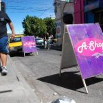 Rótulos y otros tipo de objetos, como sillas, son colocados en las calles para reservar espacio. foto CRISTIAN DÍAZ