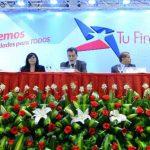 Jorge Schafik Handal (centro), presidente de Tu Financiera, inauguró ayer la nueva empresa del partido de izquierda. Dijo que darán crédito a microempresarios. Foto EDH / Marvin Recinos