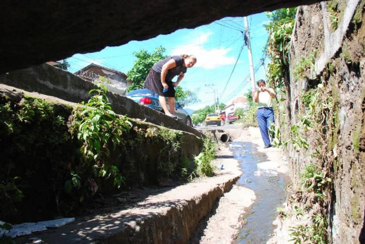 Este es el tragante donde cayeron tres infantes en octubre del año pasado. foto edh / archivoLa comuna realiza constantemente limpieza de tragantes, para evitar que sea causa de inundaciones. foto edh / archivo