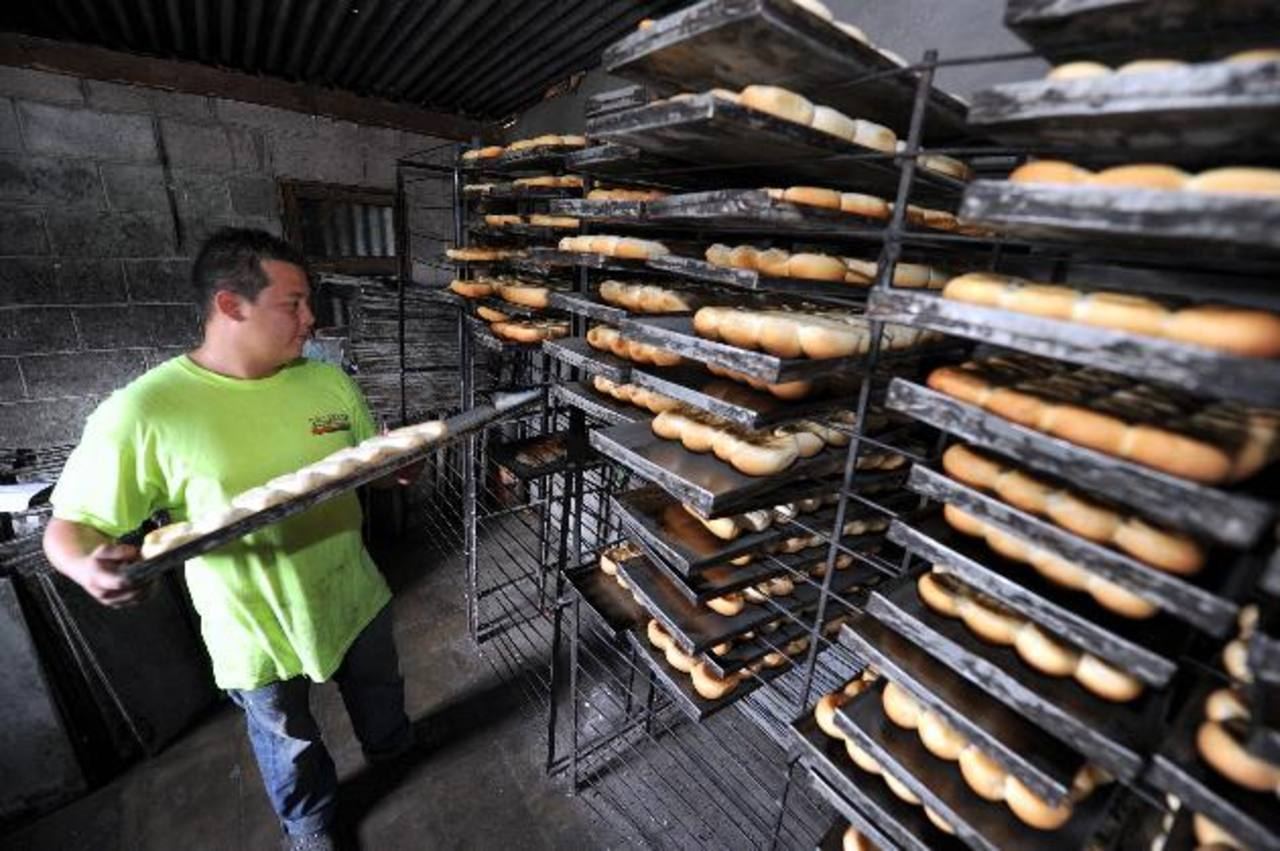 La harina de trigo y los insumos que se utilizan en la producción del pan subieron de precio el año pasado y se han mantenido con incremento. Foto EDH/ archivo