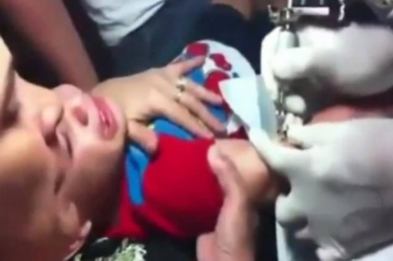 Niño es obligado a tatuarse, vídeo causa repudio