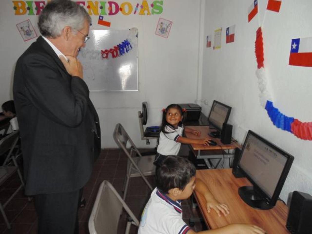 El embajador Renato Sepúlveda compartió con los niños beneficiados de la escuela Gabriela Mistral. Foto EDH / cortesía
