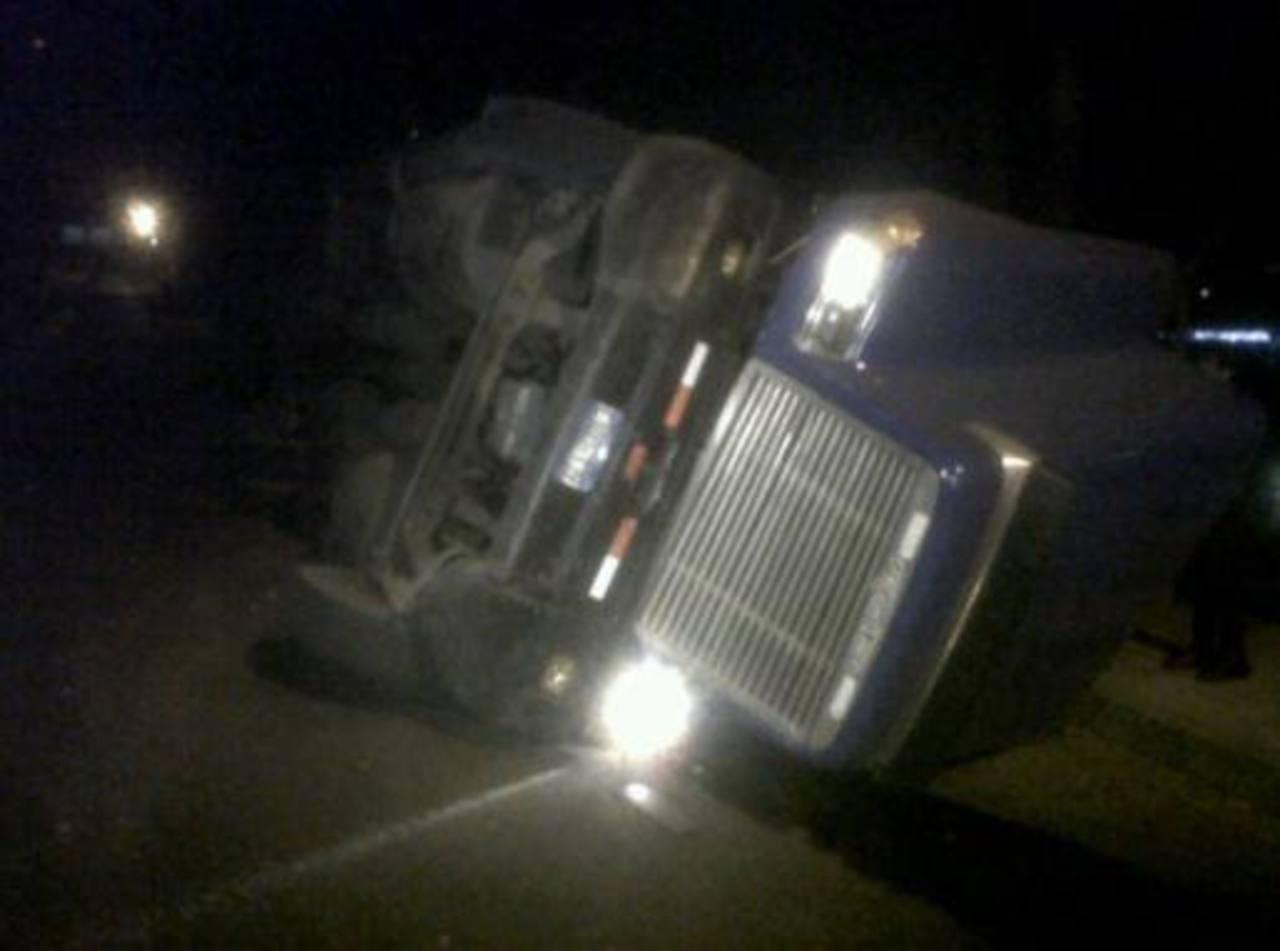 El vuelco de la rastra provocó tráfico pesado en carretera a Los Planes de Renderos y alrededores. Foto gracias @mauricioportil1