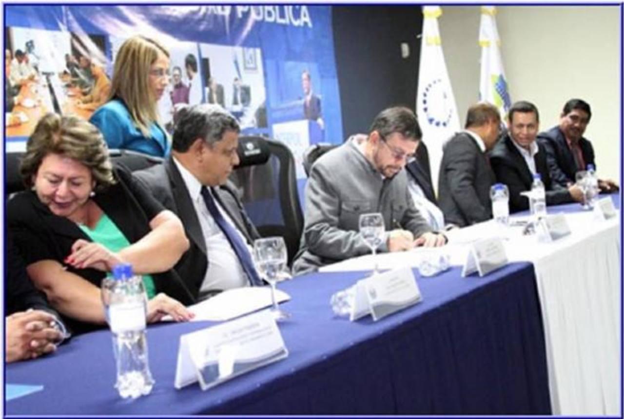 El anuncio fue hecho ayer con varios alcaldes. Foto EDH