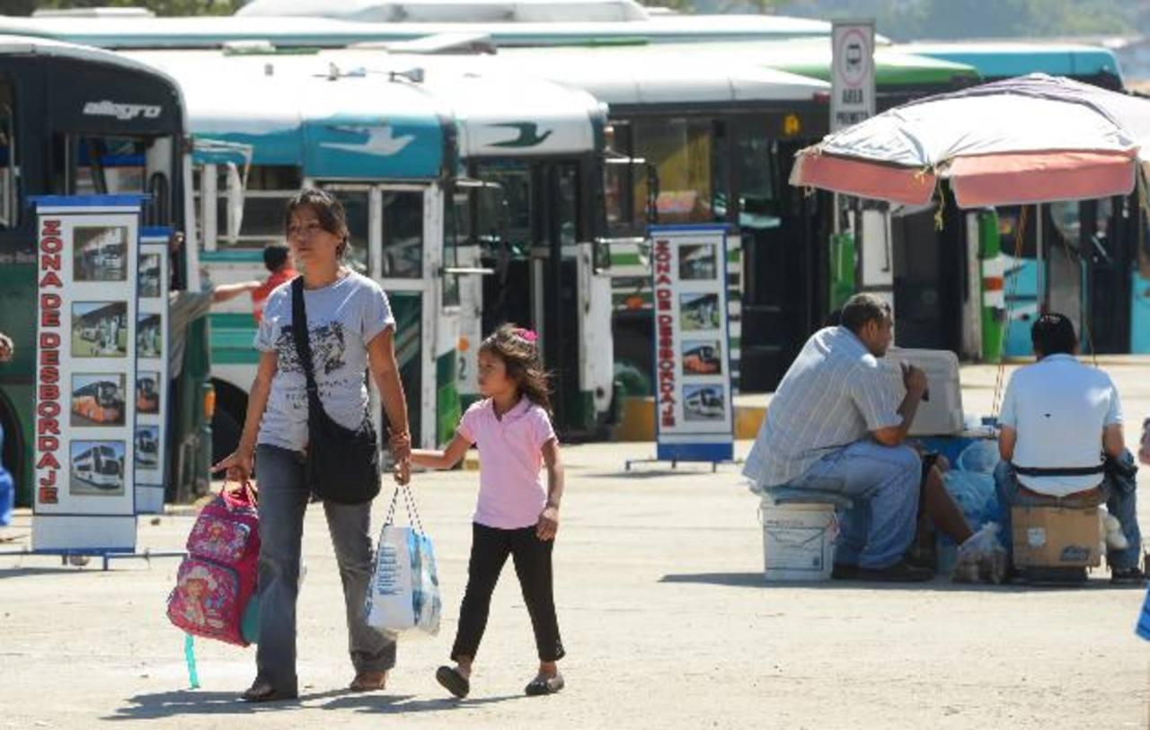 En la estación de buses también hay ventas estacionarias que no pagan ni a la alcaldía ni a la administración de la terminal. Foto EDH / Marvin Recinos