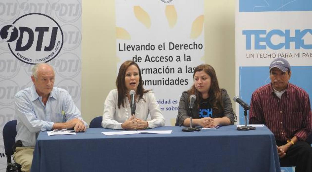 Carlos Enrique Araujo y Claudia Umaña Araujo, ambos de DTJ, junto a miembros de Techo El Salvador. Foto/ douglas urquilla