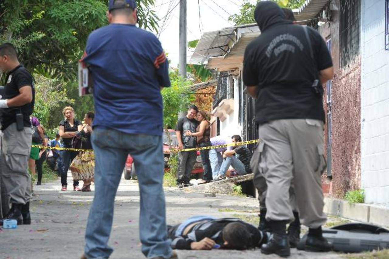 Jorge Montes fue asesinado ayer por la mañana en una aparente purga entre pandilleros de la 18 en Soyapango. Autoridades presumen que fue por la venta de droga. Foto EDH / Óscar Mira