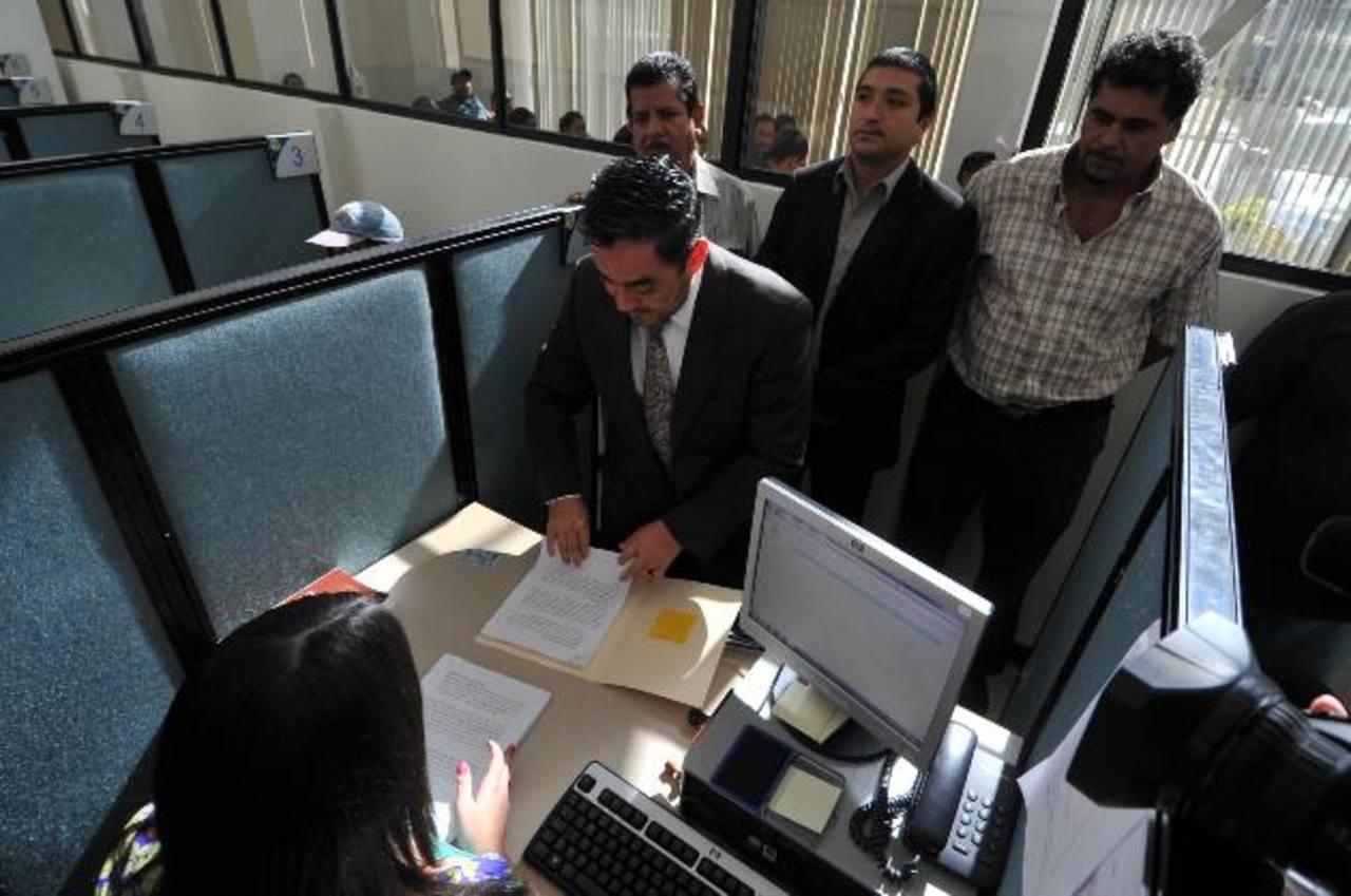 El apoderado legal y representantes de Acopatt entregan en la Fiscalía General de la República una demanda por no haberles cumplido el pago del subsidio 2012. Foto EDH / Oscar mira