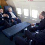 El presidente de México, Enrique Peña Nieto, vuela en el avión presidencial hacía Uruguay junto con el mandatario de esa nación, José Mujica. Foto: Facebook/EPN