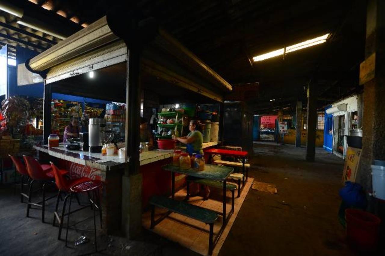 Varios puestos de venta de comida tienen condiciones antihigiénicas en sus alrededores. Fotos EDH / Marvin Recinos