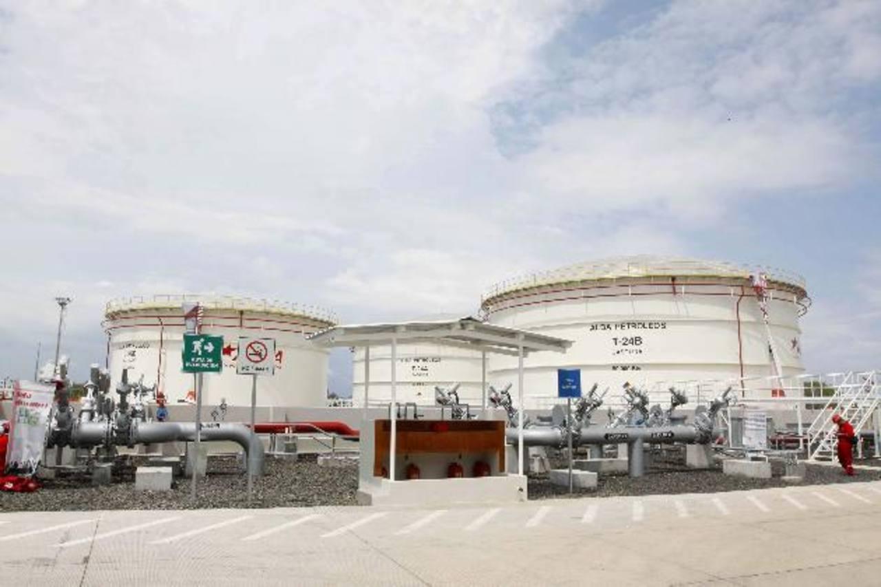 El partido oficial dice que durante su gestión, Antonio Saca, dilató los permisos para importar vía marítima el combustible venezolano. foto EDH / archivo