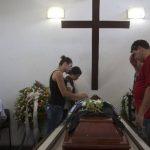 Los servicios fúnebres de la víctimas continúan