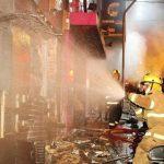 Bomberos tratan de controlar el voraz incendio en una discoteca. Foto /Reuters
