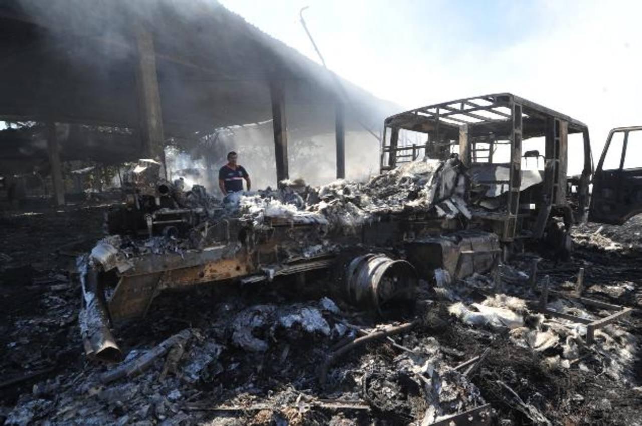 El incendio comenzó en maleza seca, luego se propagó a la planta recicladora y finalmente acabó con el camión cisterna de Bomberos. Foto EDH / Óscar Mira