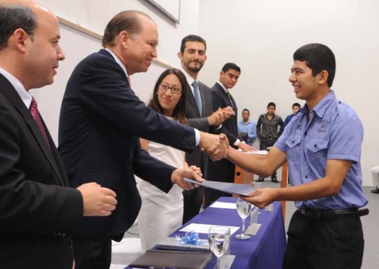 El rector de la ESEN, Ricardo Poma, otorgó las becas a estudiantes sobresalientes. Fotos EDH / Lissette Lemus