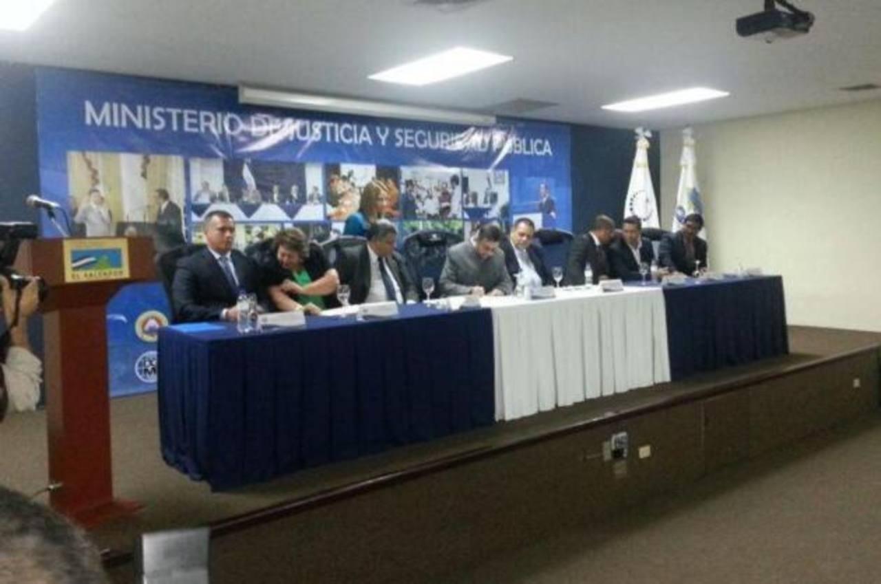 Autoridades firman el acuerdo que da vida al proyecto. FOTO EDH Diana Escalante