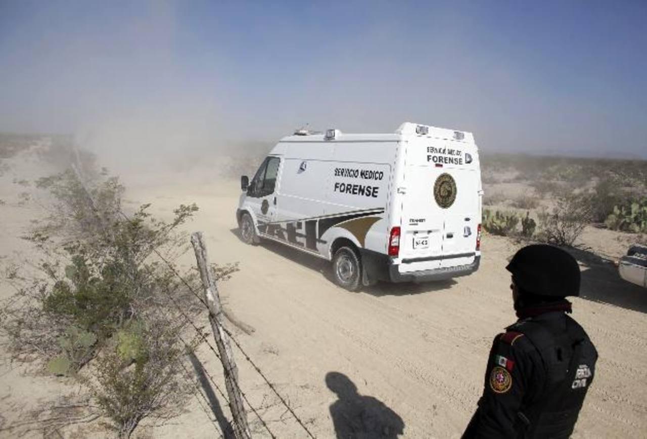 Vehículo forense pasa a un puesto de control policial cerca de la escena del crimen en las afueras del municipio de Mina. Foto/ Reuters