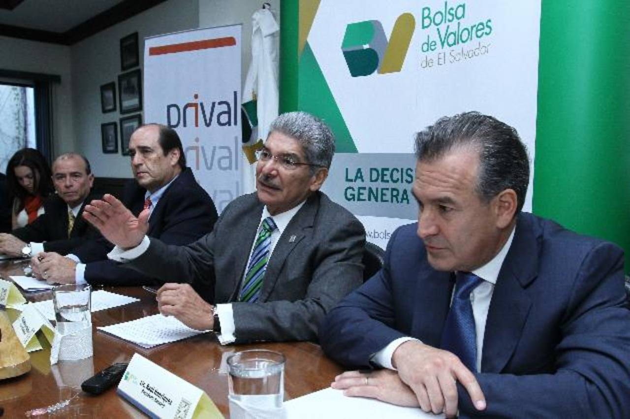 El alcalde de San Salvador Norman Quijano, junto al presidente de la Bolsa de Valores, Rolando Duarte y el presidente de Hencorp, Raúl Henríquez. Foto EDH / cortesía