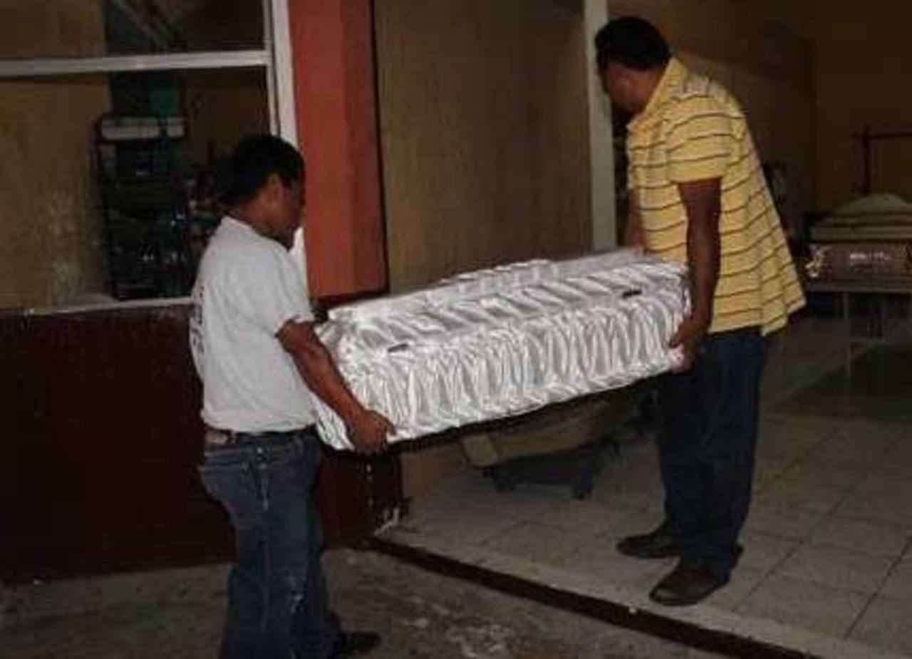 El cadáver de Iris, de 8 años, fue retirado de la morgue. Foto tomada de la Prensa Libre